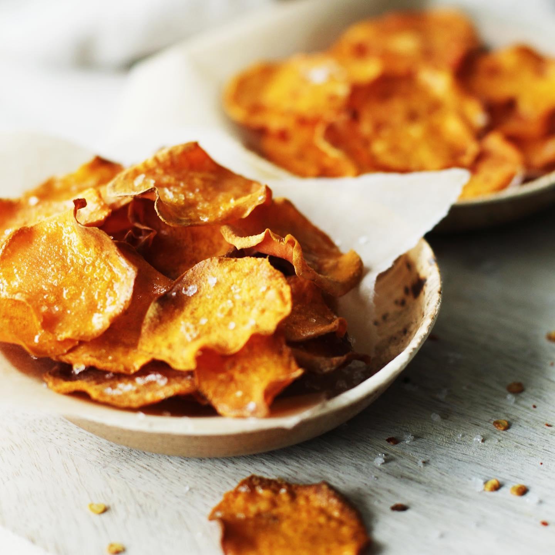 Süßkartoffelchips mit Chili und Knoblauch